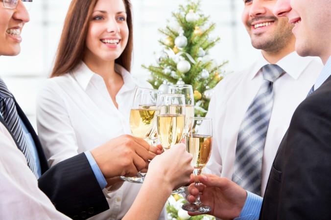 Ein Thema ist im Weihnachtsfeier Knigge eindeutig beschrieben: Alkohol sollte man auf Firmenfeiern definitiv nur in Maßen genießen! (#4)