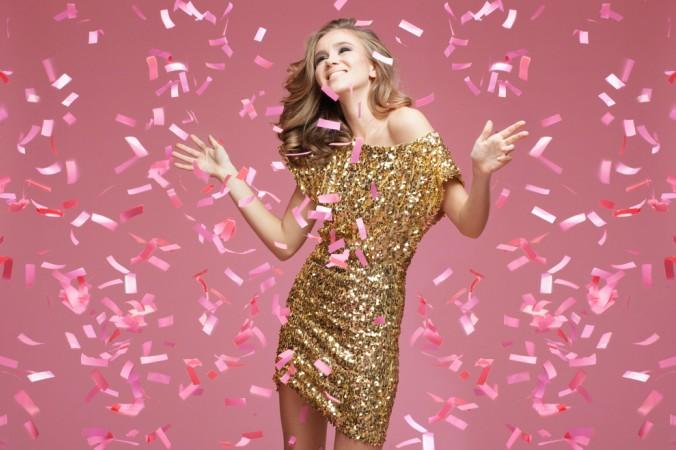 Auch für die Frau gibt es nach dem Weihnachtsfeier-Knigge für das richtige Outfit ein paar Regeln zu beachten. Eins vereint jedoch alle Regeln: bitte nicht zu Viel des Guten! Glitzer und Glammer besispielsweise sollte man sich lieber für eine private Feier aufheben. (#3)