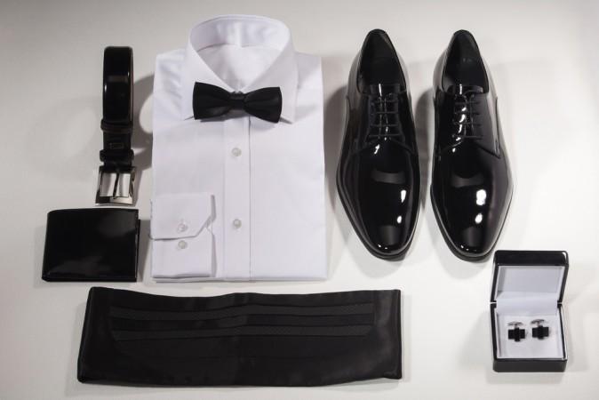 Der erste Punkt des Weihnachtsfeier-Knigges ist - wie könnte es anders sein - das richtige Outfit. Doch ob es direkt das weiße Hemd mit Schleife sein muss, hängt von verschiedenen Faktoren ab. (#1)