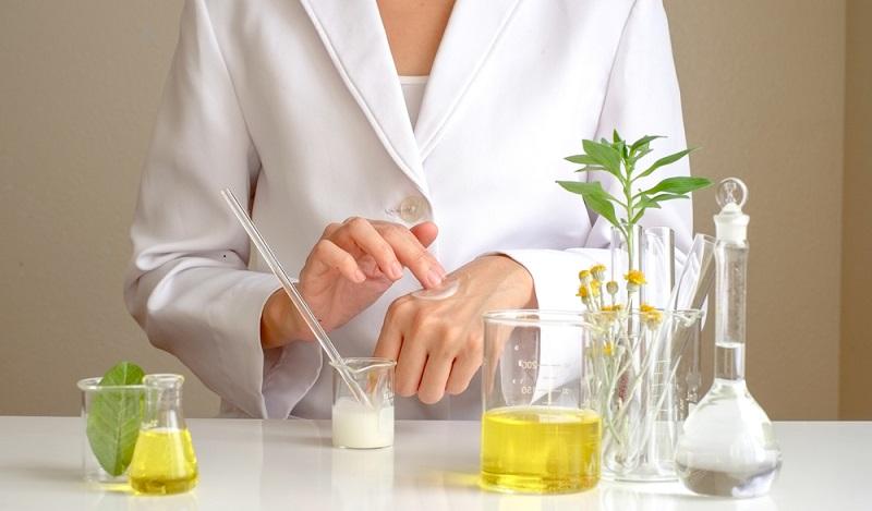 Naturkosmetik Test: Die Liste der Inhaltsstoffe ist lang, weil auch bei natürlichen Produkten beispielsweise Alkohol enthalten ist, um die Wirkstoffe aus den Pflanzen zu ziehen. (#02)