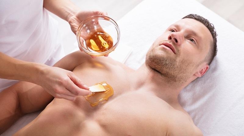 Beim Waxing wird die Haut mit Wachs behandelt, um die Haare zu entfernen. (#03)