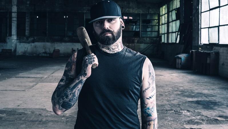 Wer schon Erfahrungen mit Tattoos hat und sich ganz sicher ist, dass ein Hautbild, das jederzeit sichtbar ist, weder im Privat- noch im Berufsleben zu großen Problemen führt, kann durchaus seine Finger mit einem Tattoo verschönern lassen. (#02)