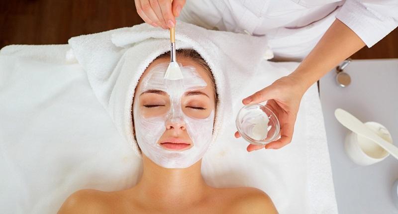 Einsatz der Pflegemaske Nachdem die Ausreinigung durchgeführt wurde, kommt eine Pflegemaske zum Einsatz.