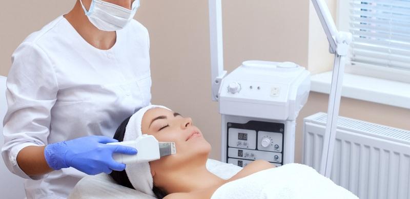 Im Rahmen der Gesichtsbehandlung gibt es verschiedene Verfahren, die angeboten werden.