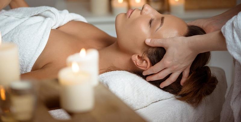 Die Gesichtsmassage ist normalerweise nur ein Teil der Gesichtsbehandlung bei der Kosmetik. Dennoch kann sie die Haut zu einer stärkeren Durchblutung anregen und bei der persönlichen Entspannung helfen.