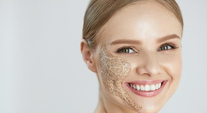 Im nächsten Schritt wird ein Peeling der Haut durchgeführt. So soll eine gründliche Reinigung im Vordergrund stehen.