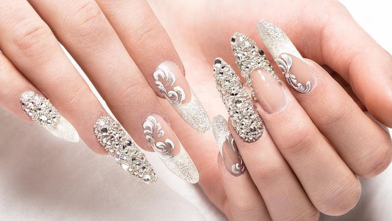 Während noch vor einigen Jahren die Modellage der Nägel vor allem bei Kunden und Patienten eingesetzt wurde, deren Nägel stark brüchig waren, ist sie heute ein wichtiger Teil vom Angebot in Kosmetikstudios und Beauty-Salons.