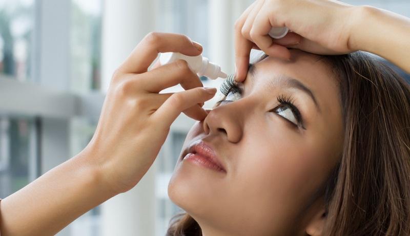 Zu den üblichen Nebenwirkungen, die auftreten können, gehören trockene Augen und eine teils hohe Blendempfindlichkeit.