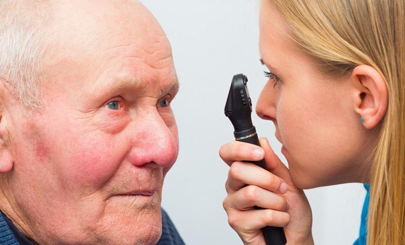 Am ersten Tag nach der Katarakt OP sollte der Patient immer in Begleitung eines anderen Menschen sein und darf auch keine wichtigen Entscheidungen treffen.