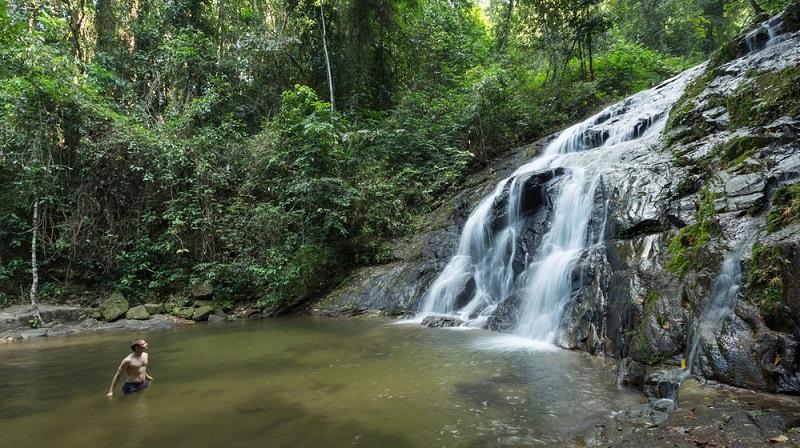 Urlaub, Khao Lak: Günstig Urlaub in Khao Lak ist kein Problem. Traumhafte Natur, eine tolle Kultur und niedrige Preise machen die Reise zum beliebten Ziel.