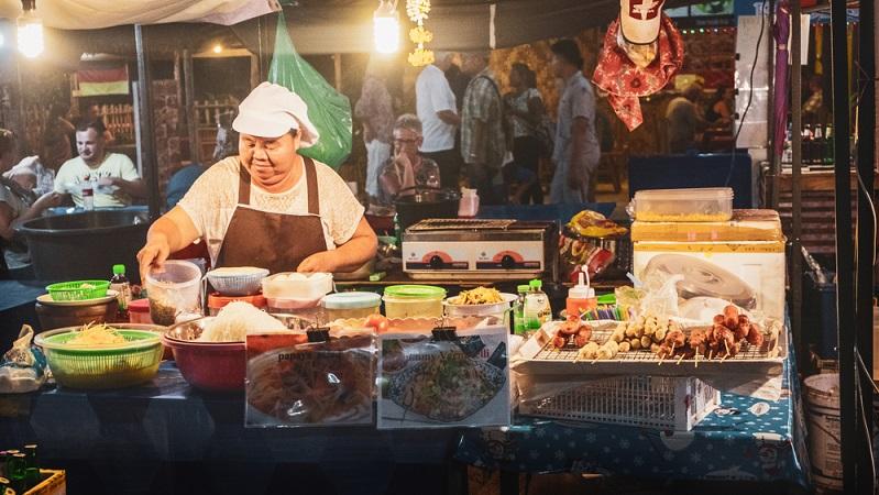 Auch Streetfood-Stände verkaufen günstiges und sehr leckeres Essen. Garnelenspieße, frittiertes Gemüse und Nudelpfannen bekommt man hier schon ab etwa 1,50 Euro.