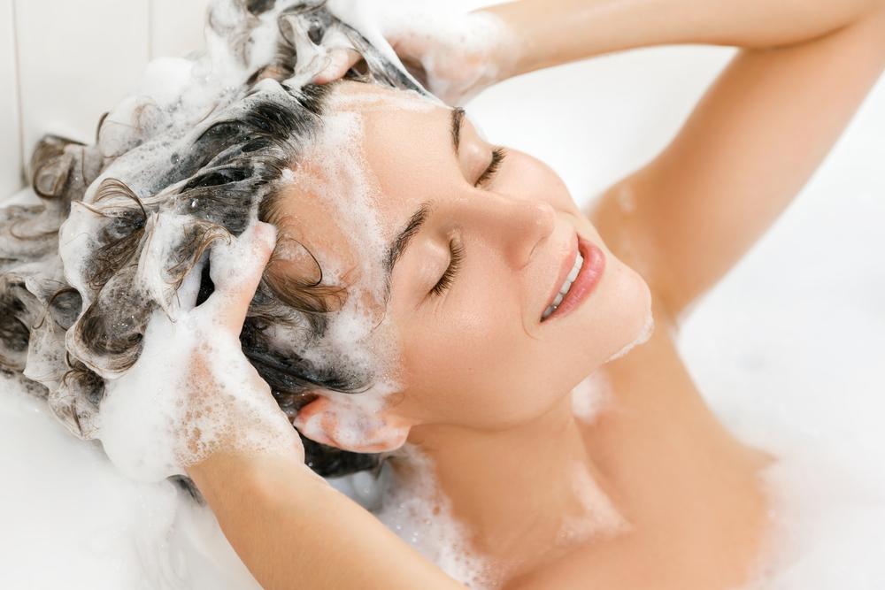 Die eigenen Haare fetten sehr schnell und daher wird täglich gewaschen? ( Foto: Shutterstock- _BLACKDAY )