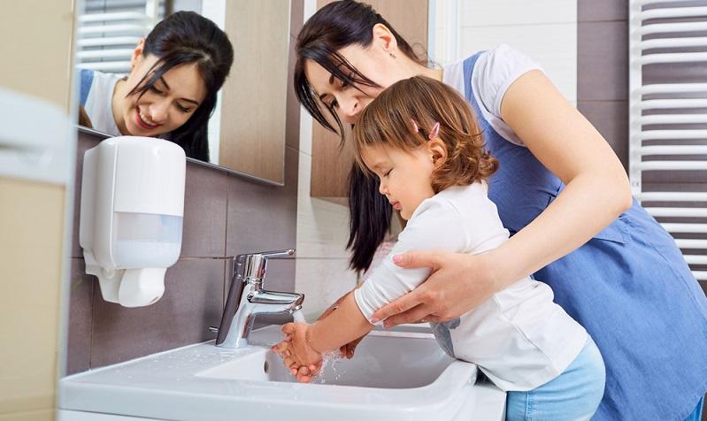 Ein Ritual sollte nicht nur die Körperpflege bei einem selbst darstellen, sondern auch bei den Kindern.  ( Foto: Shutterstock- _Studio Romantic)