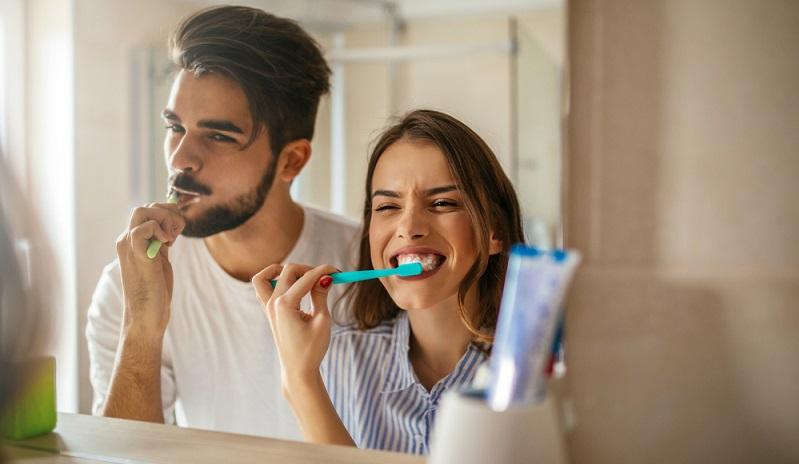 Die Zähne werden häufig eher schnell und ohne große Beachtung gereinigt.  ( Foto: Shutterstock- _bbernard )