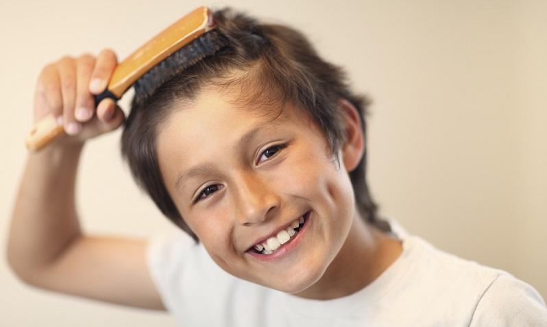 Nicht nur bei der Naturhaarbürste ist die Qualität entscheidend. Achten Sie daher auch bei einer Haarbürste mit synthetischen Borsten darauf, dass diese hochwertig sind und dass die Borsten gleichmäßig lang sind.  ( Foto: Shutterstock- _Digital Media Pro )