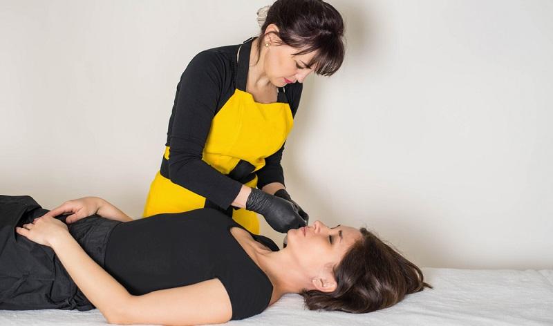 Das eigene <strong>körperliche Wohlbefinden</strong> ist eine wichtige Grundlage für die Wirkung nach außen. Gerade im kosmetischen Bereich können viele <strong>verschiedene Hilfen</strong> in Anspruch genommen werden.  ( Foto: Shutterstock-Norb_KM )