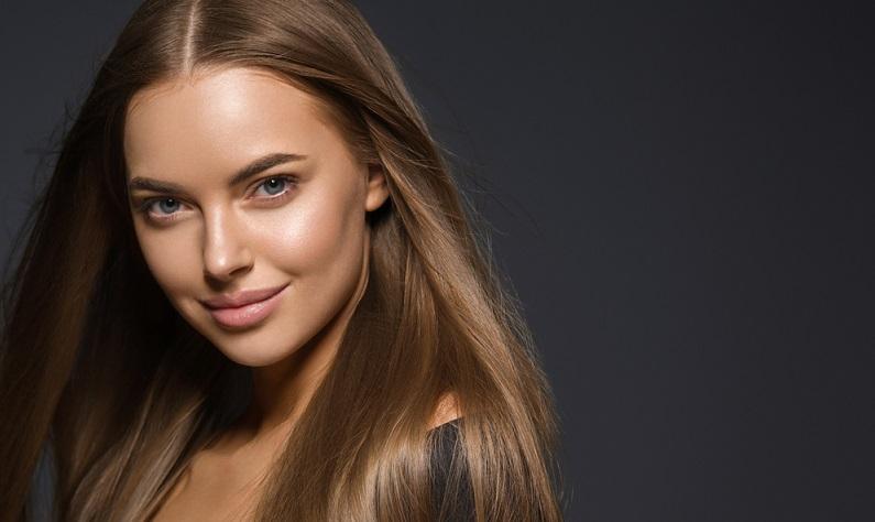 Dabei mögen die meisten Jungs die natürliche Haarfarbe an Mädchen vielmehr. Sieh es doch mal positiv: Deine Haare werden es Dir danken. ( Foto: Shutterstock-  Irina Bg )