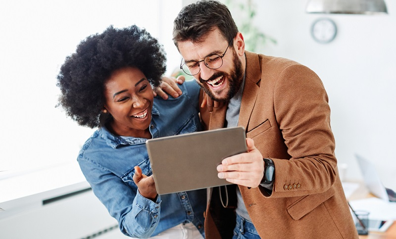 Führe gute Gespräche und lerne, schlagfertig zu sein. Befasse Dich mit dem Thema Small Talk und finden unverfängliche Themen, über die Ihr plaudern könnt.  ( Foto: Shutterstock-Picsfive )