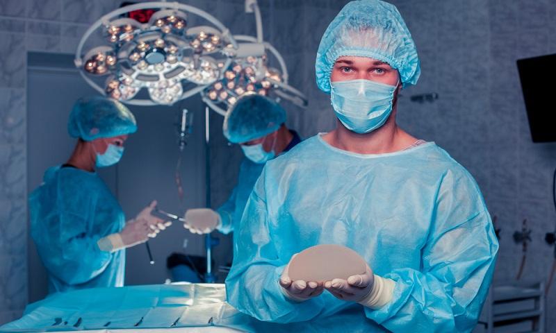Es lohnt sich, einen Blick auf die Anzahl der Patientinnen zu werfen, die der Arzt bereits behandelt hat. ( Foto: Shutterstock-Satyrenko)