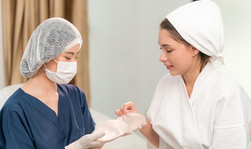 Der behandelnde Arzt muss die Patientin über Risiken, mögliche Nebenwirkungen sowie Folgen der Operation aufklären.  ( Foto: Shutterstock-Chatchawal Phumkaew_)
