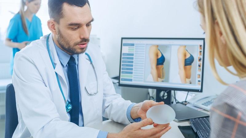 Häufig gibt es mehrere Behandlungsmethoden für ein ästhetisches Problem. Der Arzt muss auf diese hinweisen und darf nicht nur die anpreisen, die ihm selbst finanziell in die Tasche spielt.  (Foto: Shutterstock-Gorodenkoff )
